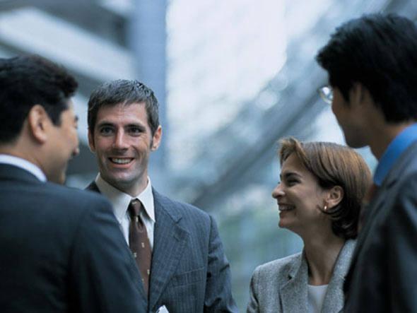 size_590_executivos_conversando